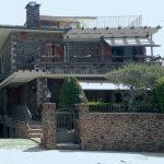 Exterior de pedra i fusta- casa de 347m2i 58m2 de jardí, 4 habitacions i golfes, calefacció, piscina, garatge, llars de foc, espai lleure, bodega. Bona oportunitat al Berguedà