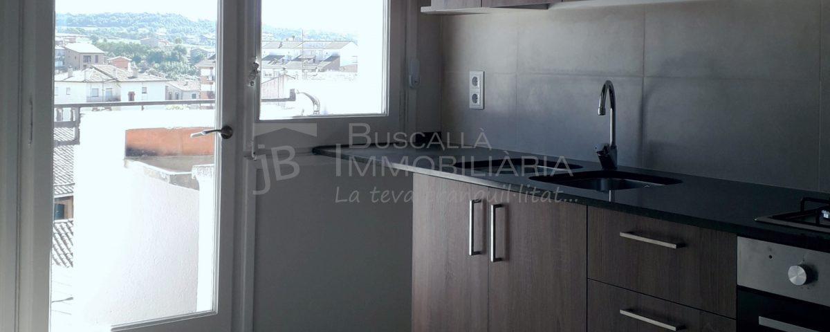 Pis de lloguer a Gironella,el Berguedà: totalment reformat i amb ascensor, 3 habitacions, bany, calefacció, balcons, tot exterior, parquet-Buscallà Immobiliària: cuina 2-lp142