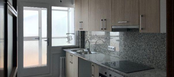 pis amb terrat de lloguer al berguedà, a Gironella, amb ascensor i reformat com nou-cuina-Buscallà Immobiliària-lp104