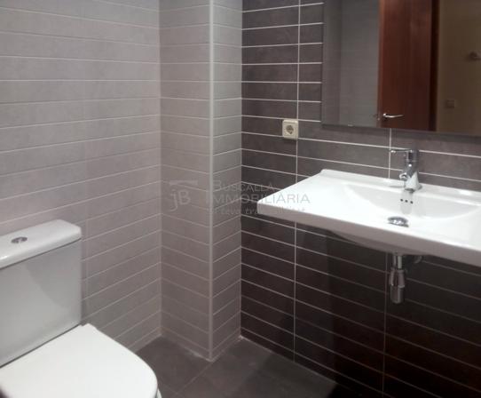 pis en venda nou per estrenar a Gironella, El Berguedà. 3 hbitacions, 2 banys, terrassa, parquet i calefacció-lavabo-vp113