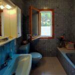 xalet casa en urbanització al Berguedà-bany blau-Buscalla Immobiliària-185vc